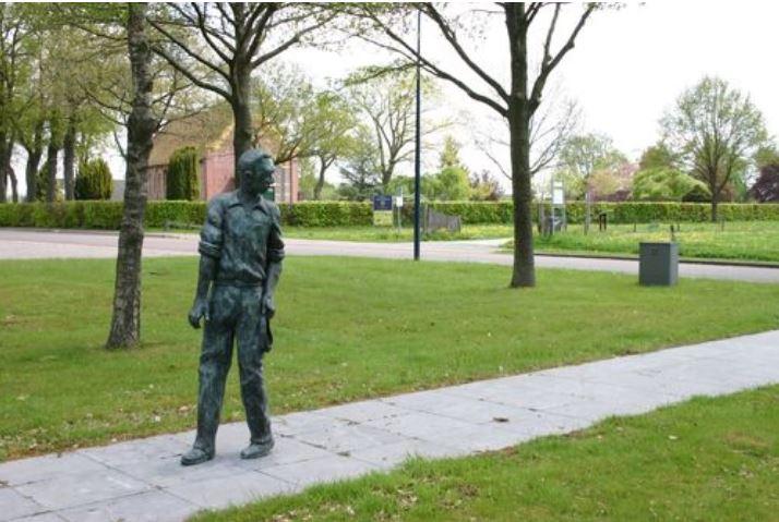 Molukse gemeenschap Marum ontvangt bloemen van CDA-Westerkwartier: 'Bedankt soldaat'