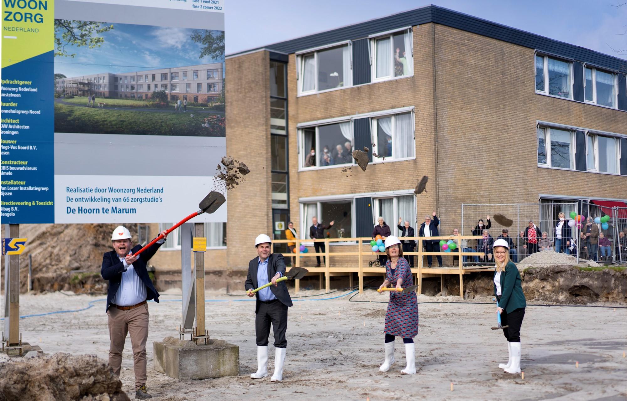 Samen de schouders onder nieuwbouw Zonnehuis De Hoorn