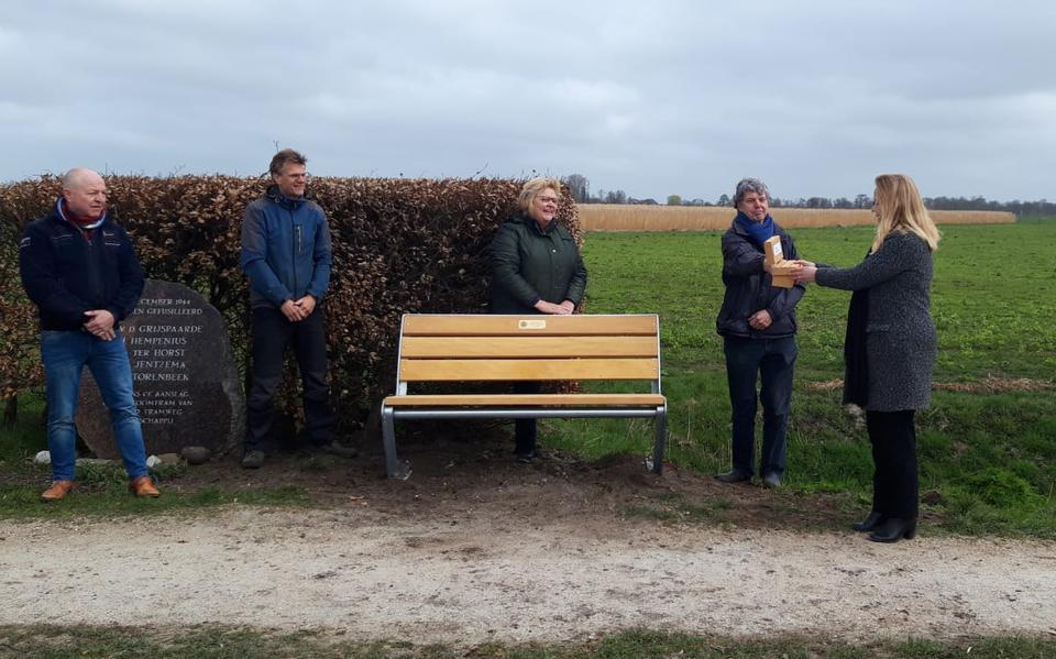 Rotaryclub Roden-Leek verblijdt Westerkwartier met nieuwe bankjes bij monumenten in Marum en Doezum
